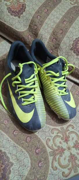 i have a Football shoes Who ever want contact me