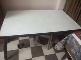 Shagon dining table in a very good condition ready to take