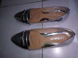 Sepatu warna perak glossy merek Le Beaute