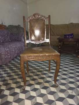 dinning table with 8 chairs in very good condition