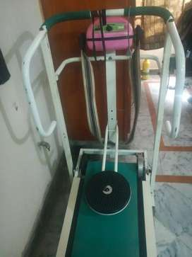 Treadmill(Taiwan made)3 in 1 with belt massager in very Good condition