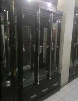 lemari cristal lemari pajangan minimalis 3 pintu+lampu promo bulan