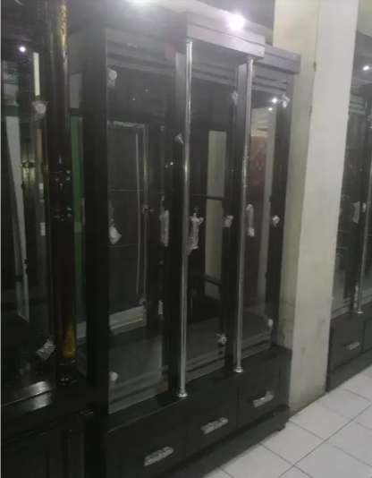 lemari cristal lemari pajangan minimalis 3 pintu+lampu promo bulan 0