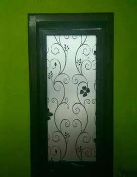 Kaca kamar tutup privasi dengan stiker Sanblas dan kaca film hitam
