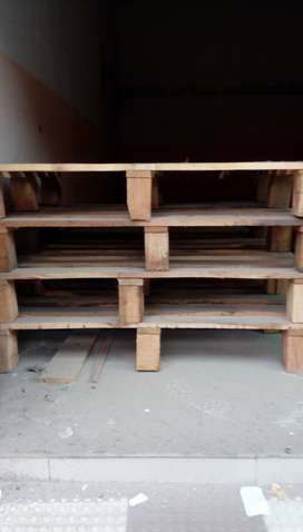 20 Wooden pallets for a market