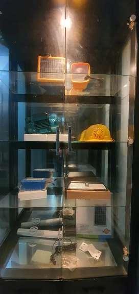 Lemari display kaca