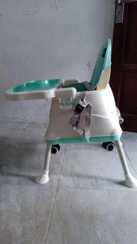 Tempat duduk makan bayi
