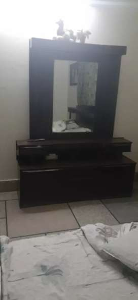DRESSING TABLE FOR SALE IN EXCELLENT CONDITION