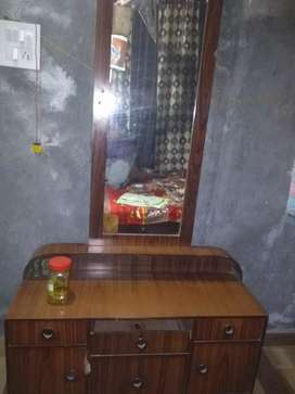 Dressing table with drows