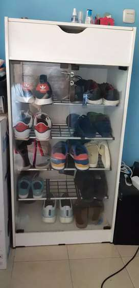 Lemari Sepatu Kaca