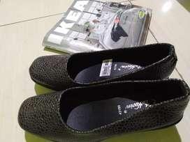 sepatu motif kulit ular hitam