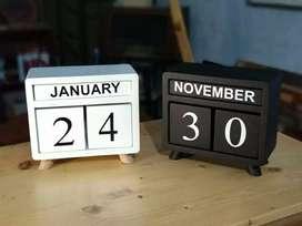 Kalender kayu Monokrom
