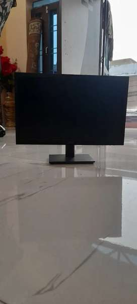 5 month old Dell 1918h monitor 18.5 ich new condition