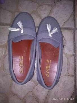Sepatu abu abu cewe preloved