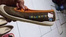 Sepatu anak wanita merk hello kitty
