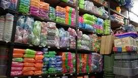 Kuli panggul dan karyawati toko di Pasar Bogor