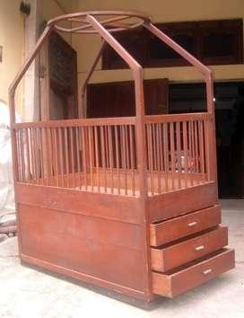 Tempat tidur bayi kuno