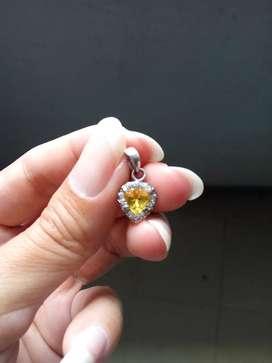 Natural liontin yellow sapphire