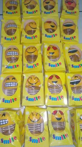 Smile emoji goyang