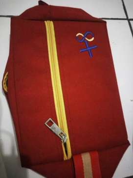 Tas Alkitab ukuran medium warna merah.