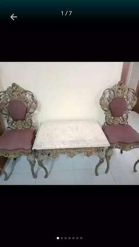 Kursi besi dan meja marmer