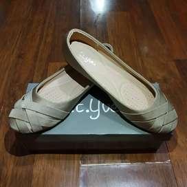 Sepatu flat, warna khaki, merk St.yves