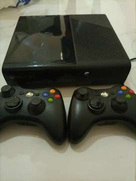 XBox 360, 500 gb , with two controllers and two games also
