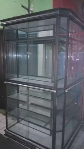 Di jual sebuah Rak kaca cocok untuk toko Dan perlengkapan usaha