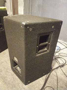 YAMAHA F12  p a speakers