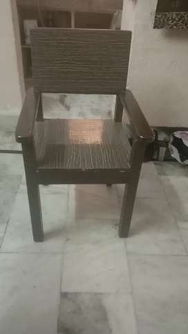 I want to sell 6 wooden chair on urgent basis till 8th Feb 2021 call