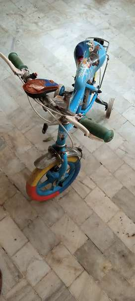 Two wheeler metallic bicycle with training wheels for kids.