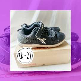 Sepatu anak SD DIADORA