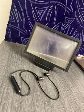 Enlarge glass with earphones