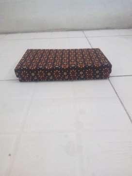 Kotak untuk menyimpan perhiasan jam tangan bermotif batik