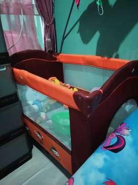 Box bayi warna orange-merah marun