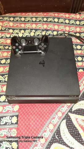 Play Station 4 (mint condition)