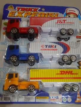 Mainan truk expedisi kurir