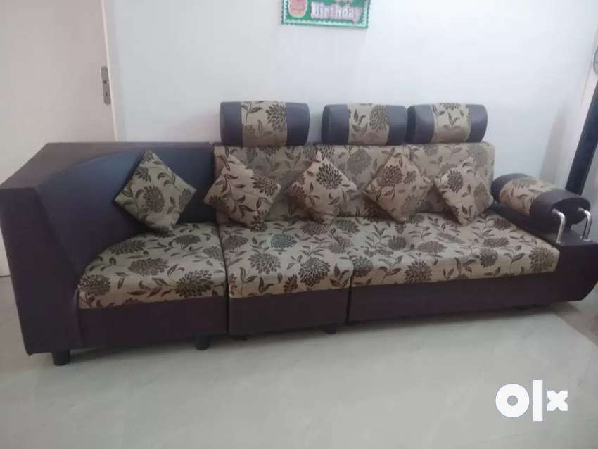 L Shaped Sofa with 5 pillows 0