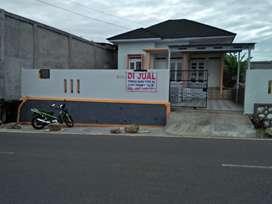Rumah baru pinggir jalan besar tengah kota