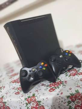 Xbox 360 with 2 controller with box