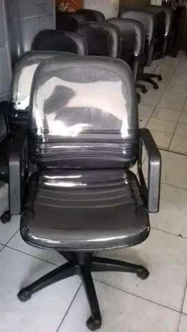 Kursi staf kantor rekondisi seperti baru
