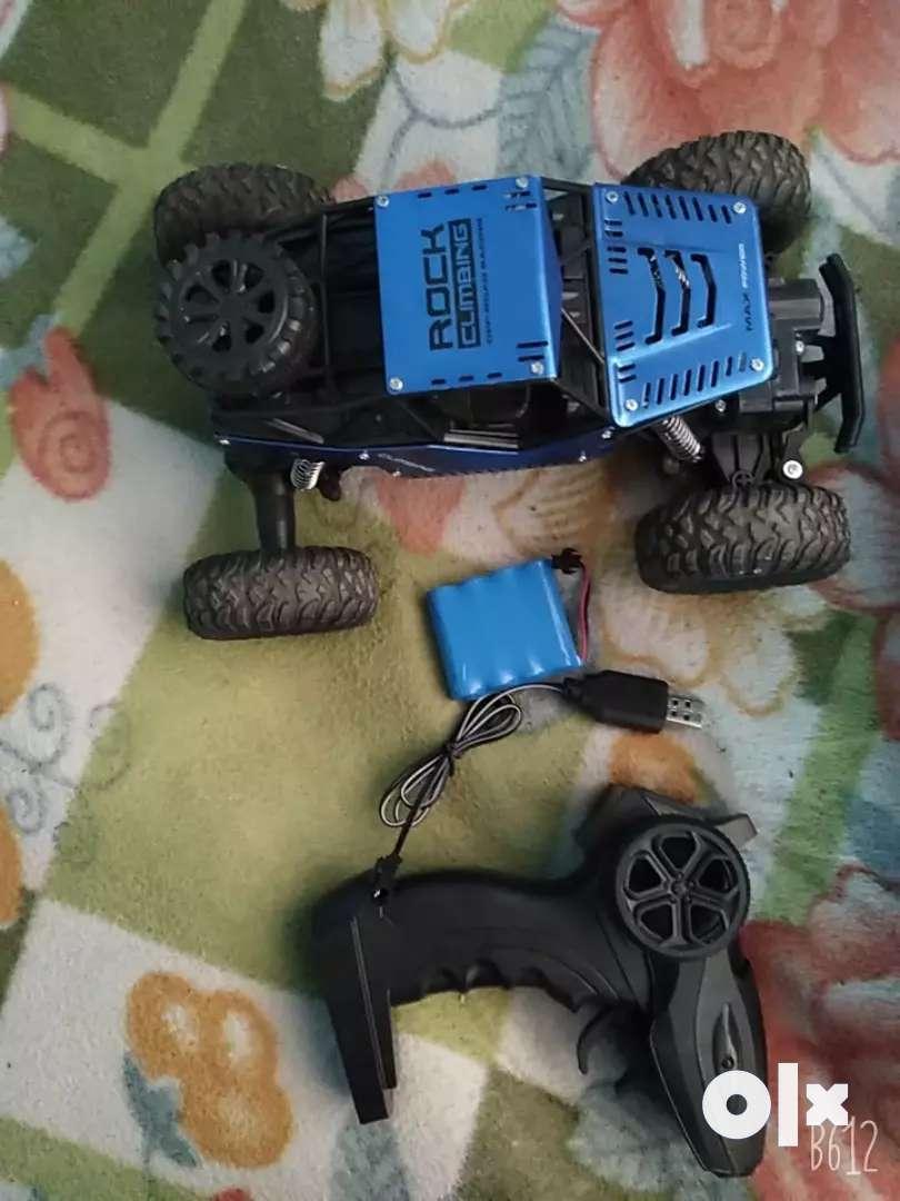 A 4 motor rock climbing racing remote car . 0