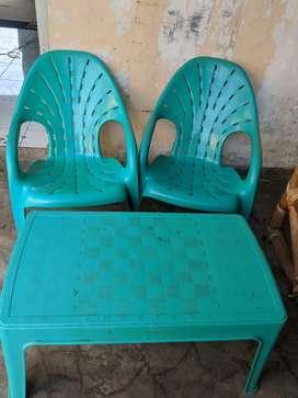 Kursi plastik dan meja untuk teras rumah