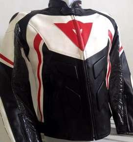 Jaket Motor Kulit Dainese untuk Touring dan Balap