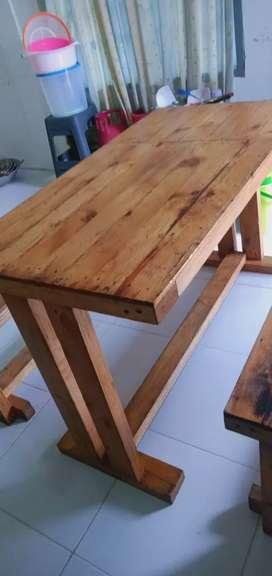 meja dan bangku kayu