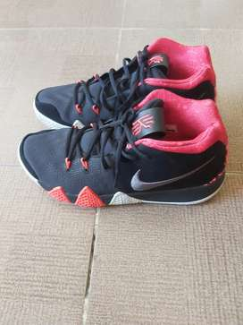 Sepatu basket laki - laki  Nike
