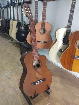 Gitar akustik nilon coklat