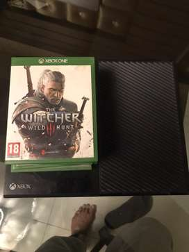 Xbox One 500 GB with 2 controllers and 6 Games