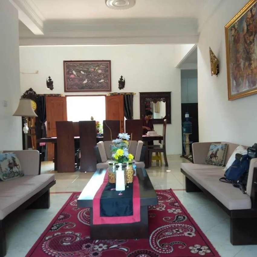 Rumah Mewah Dengan Kolam Renang Pribadi Full Furnish Barat Jl. Palagan 0