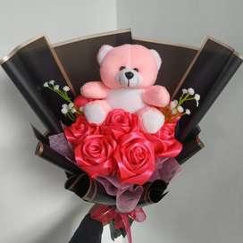 Buket bunga pita satin dengan boneka